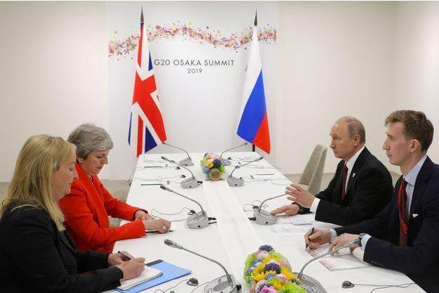 Vladimir Poutine et Theresa May au Japon.