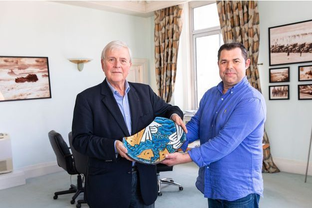 Michel Veunac, maire de Biarritz, et le céramiste Joël Cazaux, posent avec le cadeau qui a été offert aux chefs d'Etats et de gouvernement du G7, vendredi dernier. C'est dans ce bureau que, deux jours plus tard, sera reçu le ministre iranien des Affaires étrangères.
