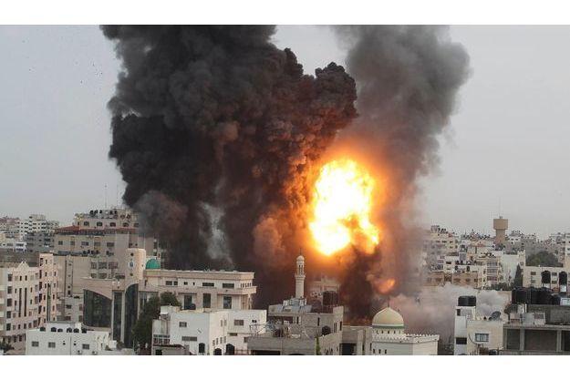 Gaza, samedi 17 novembre. Une nouvelle frappe aérienne vient de toucher le territoire palestinien. Dès les premiers jours du conflit, Israël a autorisé le rappel de 75 000 réservistes en vue d'une hypothétique invasion terrestre.