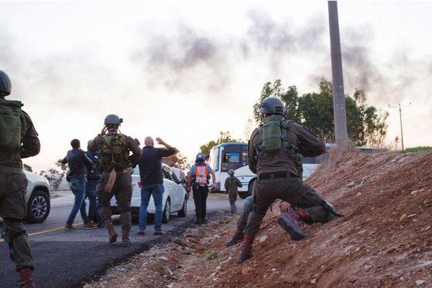 Des soldats israéliens se préparent au combat après un premier tir de roquette sur Melfasim, au nord de Gaza, le 12 novembre.