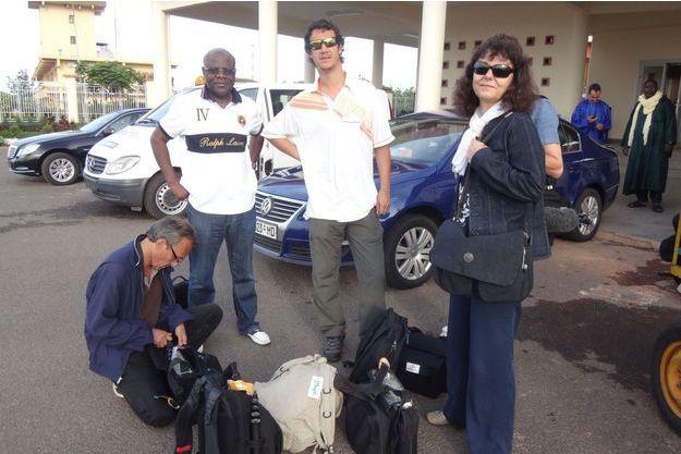 En juillet, à Bamako, à l'occasion de l'élection présidentielle, Ghislaine Dupont, 57 ans, et Claude Verlon (accroupi), 55 ans, couvraient déjà le rétablissement des institutions démocratiques maliennes. Un travail qu'ils voulaient poursuivre au nord, lors des législatives de novembre.
