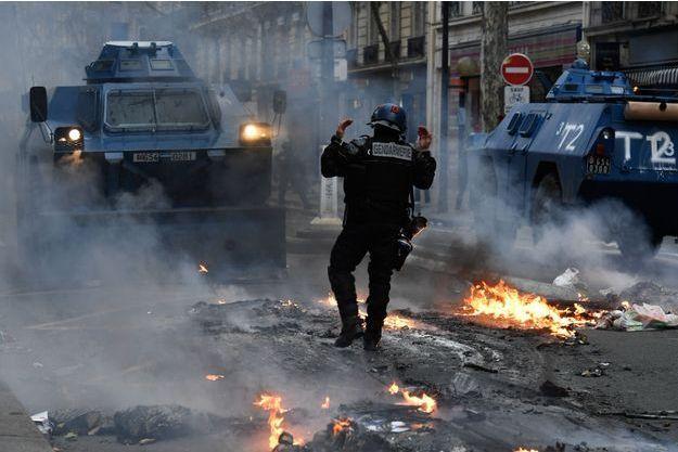 Des blindés de la gendarmerie à Paris samedi.