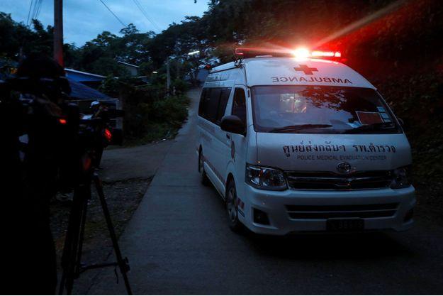 L'ambulance qui pourrait avoir transporté vers l'hôpital les deux premiers garçons sortis de la grotte dimanche.