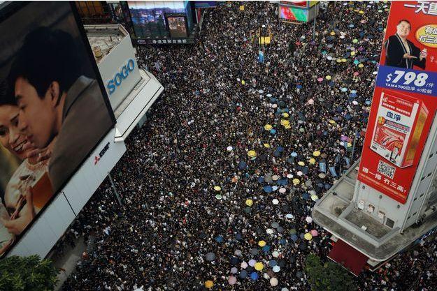 La foule a envahi le centre-ville de Hong Kong.