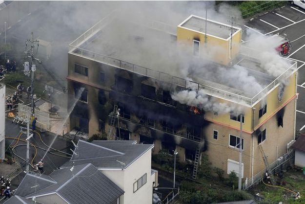 Un bâtiment de Kyoto Animation en flammes.