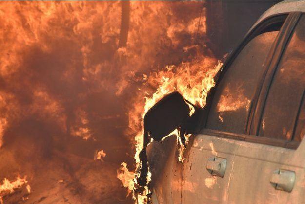 Une voiture ravagée par les flammes à Silmar, près de Los Angeles.