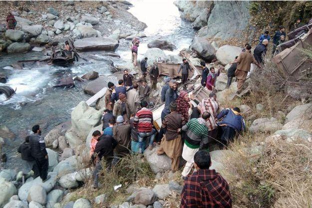 Treize personnes sont mortes dans un accident de bus à Poonch, en Inde, le 8 décembre 2018