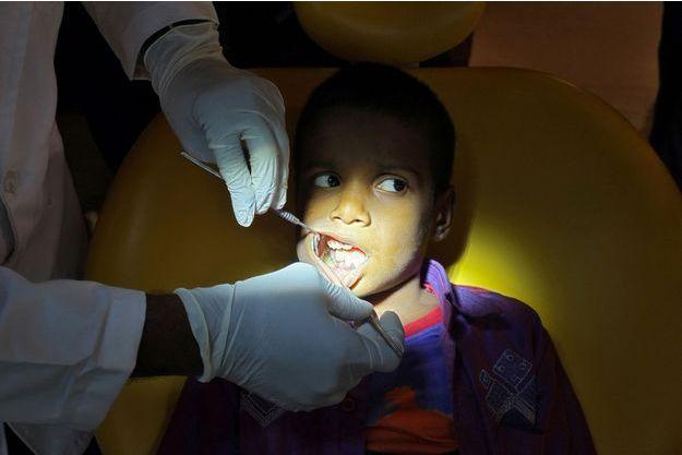 526 dents arrachées de la bouche d'un jeune indien