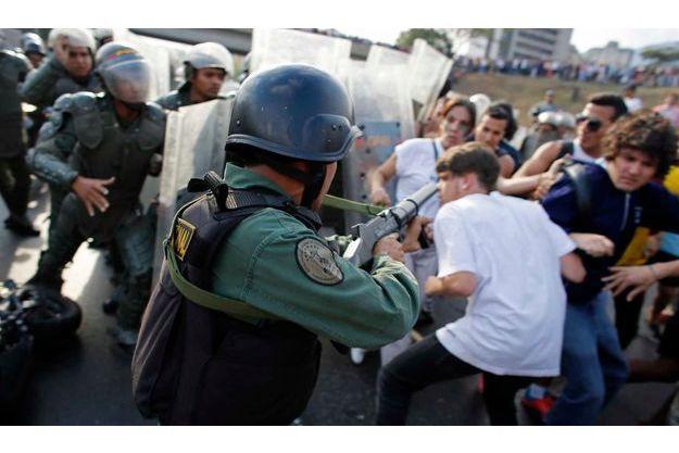 Lundi, des manifestants ont fait face à la police anti-émeute à Caracas.