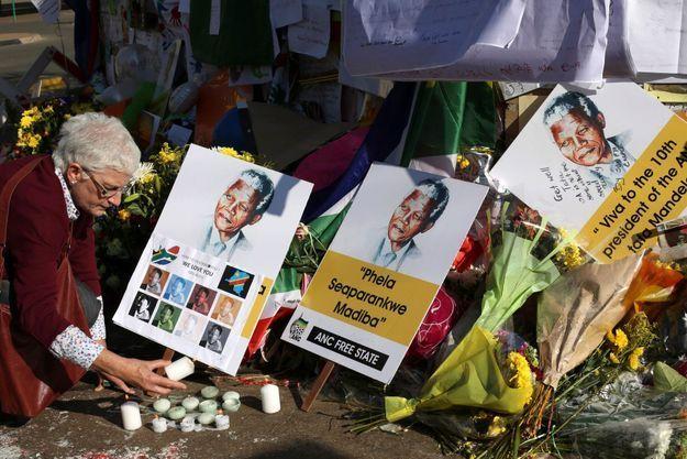 Devant l'établissement où est hospitalisé Nelson Mandela, nombreux sont les Sud-Africains à déposer une fleur, un dessin ou à allumer un cierge.