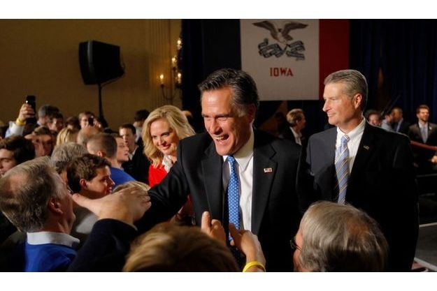 Mitt Romney, son épouse Ann (à g.) avec leur partisans au soir de sa victoire dans l'Iowa.
