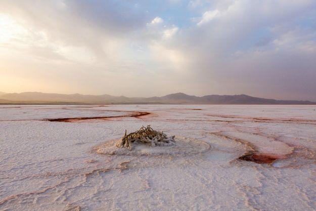 Le lac d'Ourmia qui était il y a vingt ans le sixième plus grand lac salé du monde est en train de disparaître.