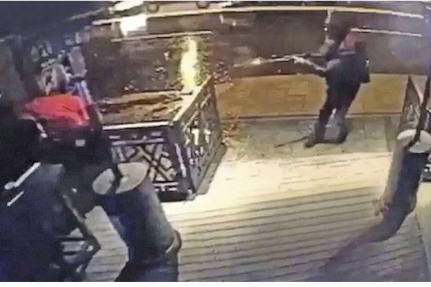 Istan bul, 1er janvier 1h15, à l'entrée du Reina. Le terroriste de Daech tire sur un homme de la sécurité.