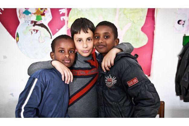 Zakaria, 10 ans, et Elias, 11 ans, entourent un copain rencontré au cours de soutien pour l'apprentissage de l'italien, proposé par l'association Citta Futura. Leur père, originaire de Somalie, est traducteur pour cette structure d'aide aux immigrés. Depuis 1998, plus de 6 000 migrants sont passés par Riace.