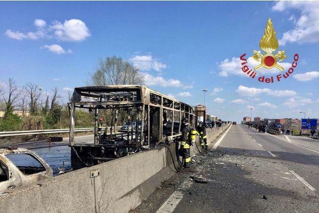 Des photos des pompiers après le drame montrent le bus et la voiture entièrement calcinés.