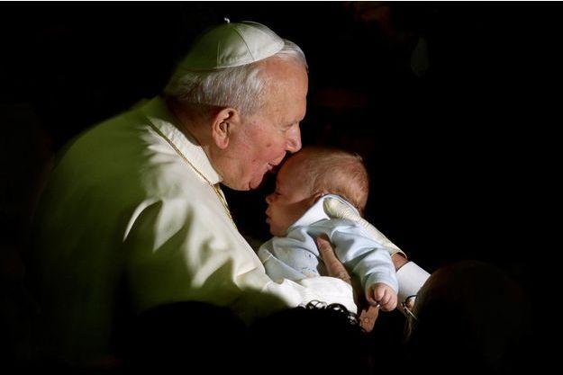 Le pape Jean-Paul II embrassant un bébé le 28 novembre 2011