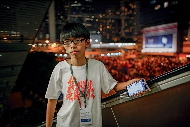 Samedi 4 octobre, Joshua Wong va s'adresser à une foule de partisans. Sur son Smartphone, en haut de sa page Facebook, le ruban jaune qui symbolise le mouvement.