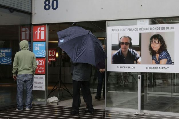 Les portraits de Claude Verlon et Ghislaine Dupont sont affichés dans les locaux de RFI.
