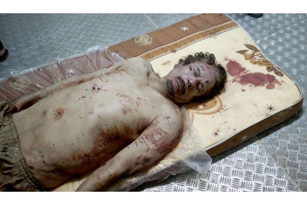 Vendredi 21 octobre 2011, la dépouille de Muammar Kadhafi repose dans la chambre froide d'un entrepôt de fruits et légumes du grand marché de Misrata.