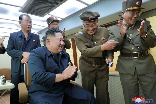 """Kim Jong Un, supervisant l'essai d'une """"nouvelle arme""""."""