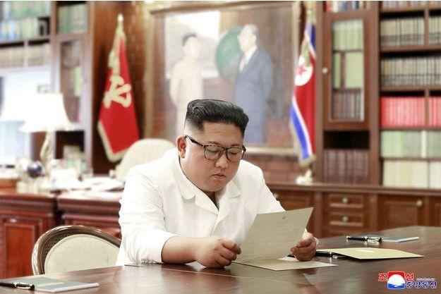 Kim Jong Un lit une lettre envoyée par Donald Trump.