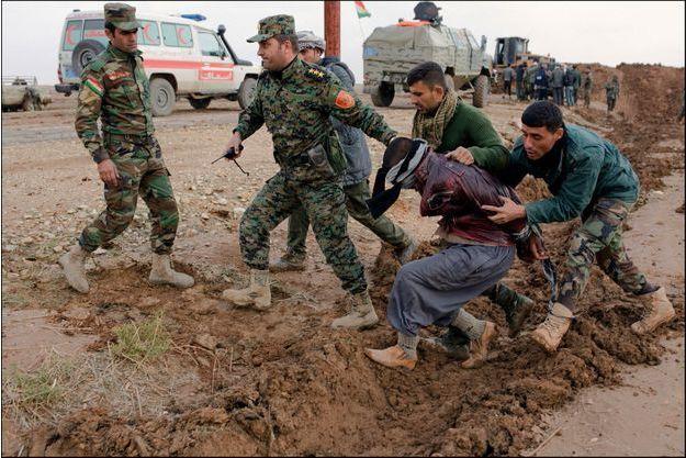 L'arrestation d'un « traître » le 17 novembre, sur une des lignes de front près de Sinjar, dans le Kurdistan irakien.