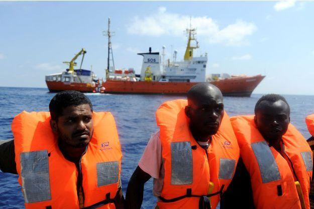 Des migrants recueillis à bord de l'Aquarius.