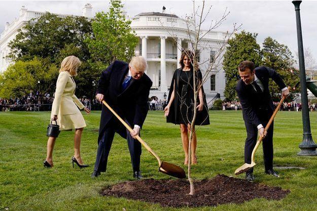 Donald Trump et Emmanuel Macron plantent un arbre en 2018 à Washington en signe de leur amitié.
