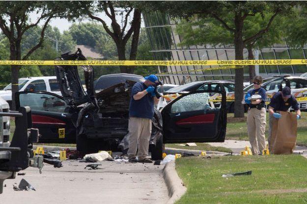 La police et le FBI récoltent des indices à l'endroit où les deux hommes ont été abattus.