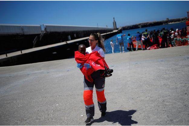 A Tarifa, dans le sud de l'Espagne, une secouriste de la Croix Rouge prend en charge un jeune migrant.