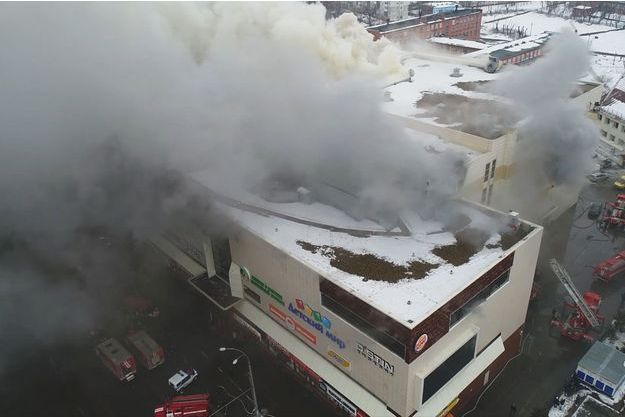 Ce centre commercial de Sibérie a pris feu.