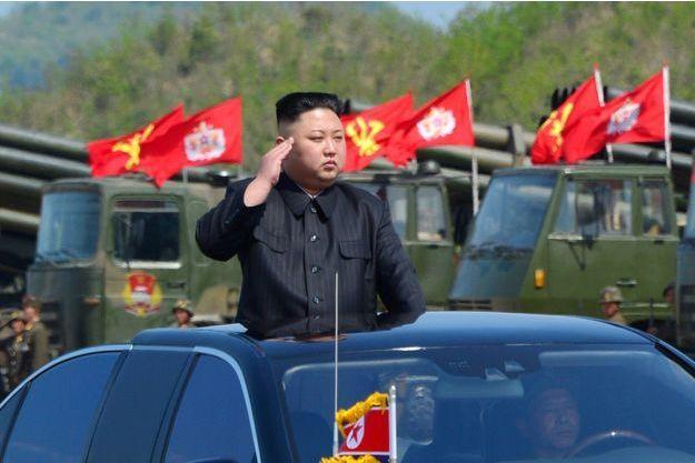 Kim Jong-un, 33 ans, leader de la Corée du Nord, salue le défilé militaire, le 26 avril.