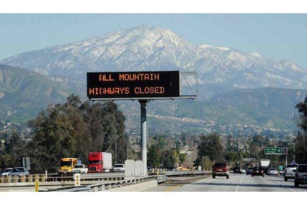Un panneau indiquant des routes fermées dans les montagnes de San Bernardino pendant la traque de Christopher Dorner.