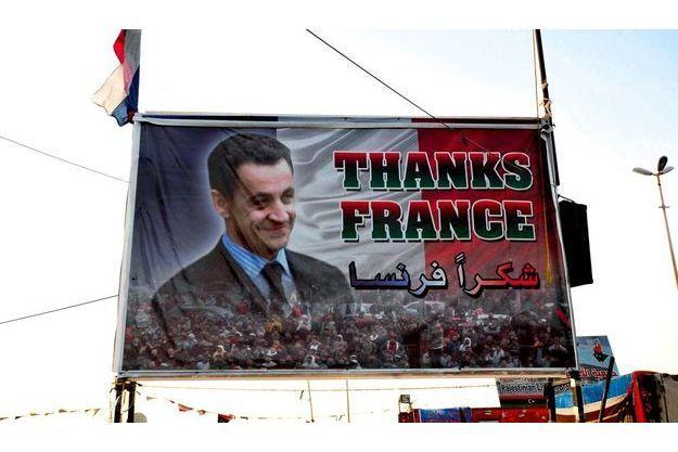 Aux abords de l'aéroport international de Tripoli, un portrait de Nicolas Sarkozy. Pour légende, un géant « Merci ». La France a été l'un des premiers pays à déclencher l'offensive contre Kadhafi.