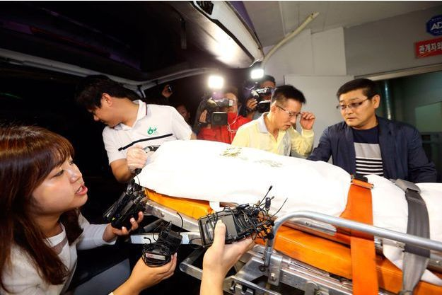 Le corps de Yoo Byung-eun, transporté au service médico-légal de Séoul, mardi 22 juillet.