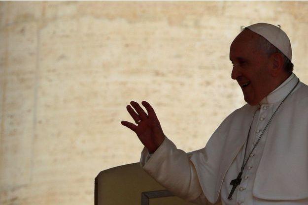 """La pape critique l'euthanasie, """"vision utilitariste de la personne"""""""