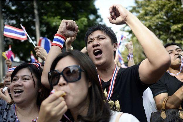 Les manifestants devant le siège du parti Puea Thai le 29 novembre