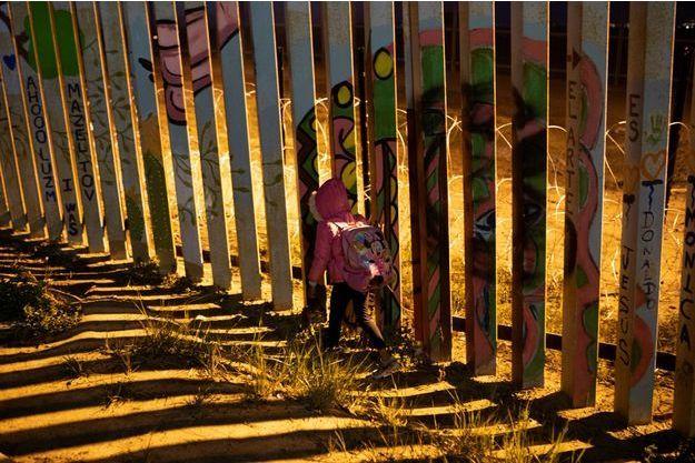 Une petite fille à la frontière avec les Etats-Unis. Image d'illustration.