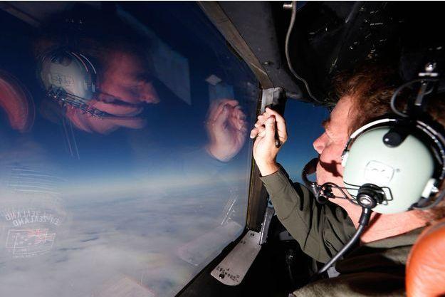 Brett Mc Kenzie, leader de la Royal Air Force de la Nouvelle-Zélande, recherche les débris du vol MH370