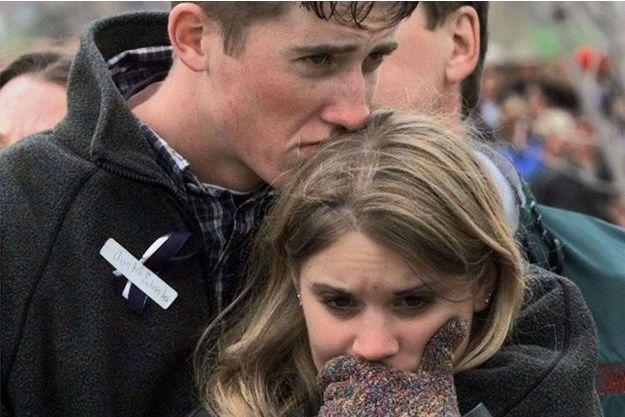 Austin Eubanks en 1999, avec sa petite amie de l'époque, pleure les victimes de la tuerie.