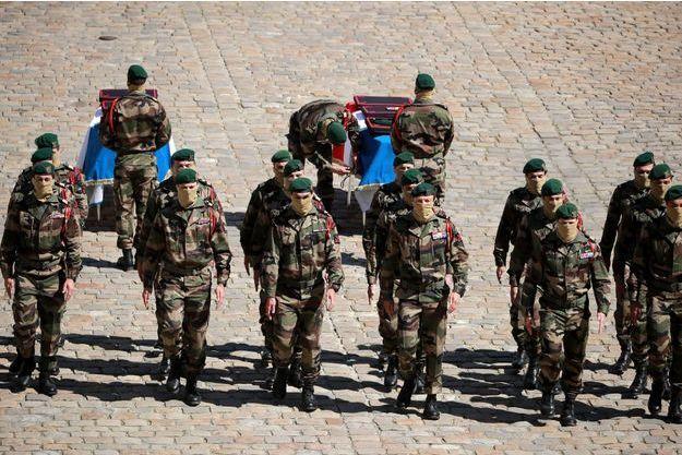 Hommage aux deux soldats français tués dans l'opération de libération des otages au Burkina Faso, Cedric de Pierrepont et Alain Bertoncello.