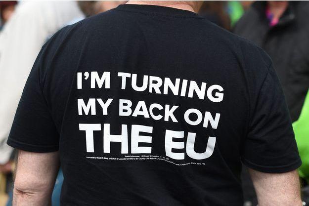 """""""Je tourne le dos à l'Europe"""", est-il écrit sur ce t-shirt d'un militant du parti europhobe et populiste Ukip, le 31 mai à Birmingham."""