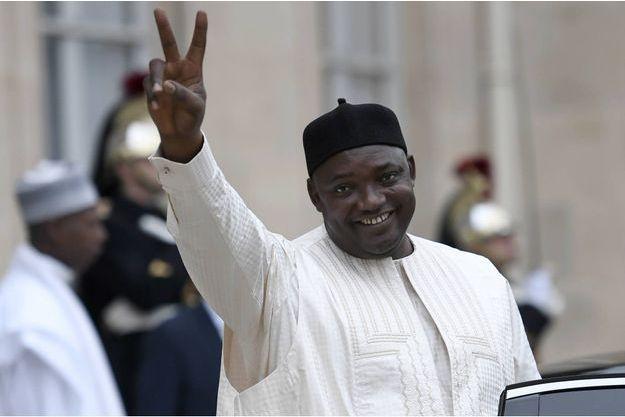 Le président gambien Adama Barrow lance le V de la victoire dans la cour de l'Elysée le 15 mars 2017 à l'issue de sa rencontre avec le président Hollande