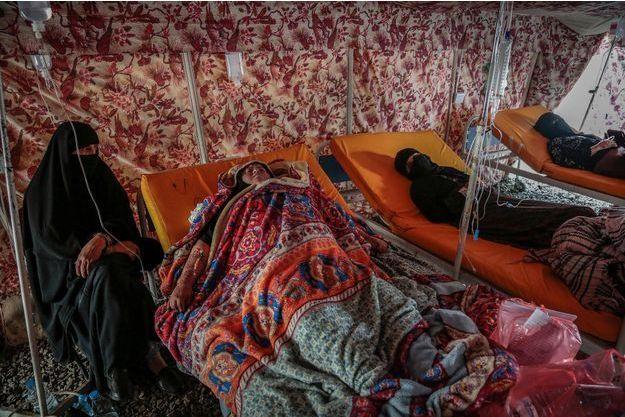 Des femmes sont traitées dans des tentes à l'extérieur de l'hôpital à Sana'a le 28 juin 2017.