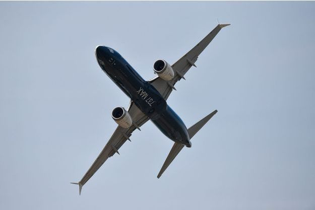 Un Boeing 737 MAX dans les airs.
