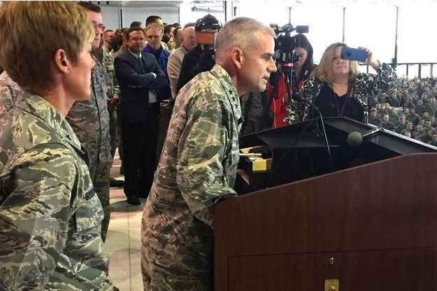 Jay Silveria, directeur de l'Académie de l'armée de l'Air à Colorado Springs, durant son discours.
