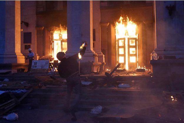 Vendredi 2 mai, un des manifestants pro-Kiev jette une bombe à pétrole sur la Maison des syndicats déjà en flammes. A l'intérieur, les pro-Russes qui les ont affrontés un peu plus tôt.