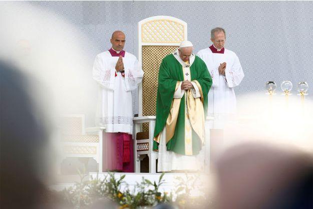 Le pape François donne une messe en Lituanie.
