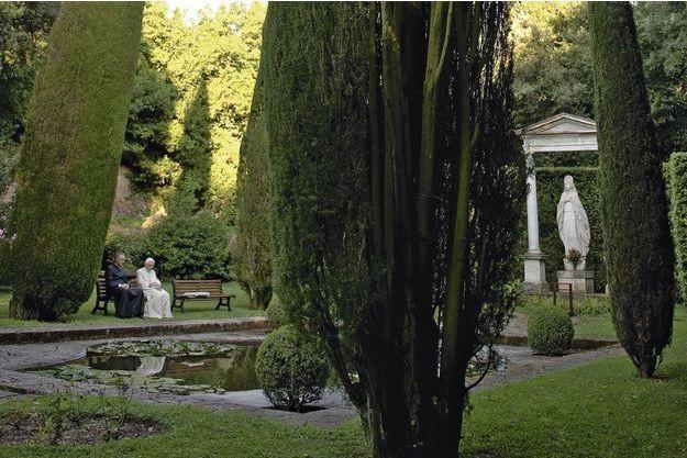 Temps de recueillement sous le regard de la Vierge pour Benoît XVI et son secrétaire particulier, Georg Gänswein, en juillet 2010.