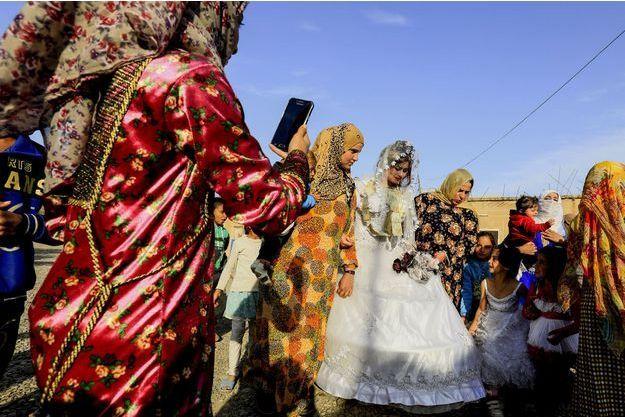 """Résultat de recherche d'images pour """"un mariage haut en couleurs au milieu des ruines de raqqa"""""""